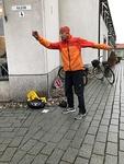 Kimmo Kouru ohjasi vaudikkaan lämmittelyn ennen kävelyä reippaan musiikin tahdissa.