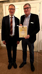 Kai Raikunen poseeraa parhaan sihteerin kunniakirja kädessään vierellään nykyinen sihteeri Harri Jokinen
