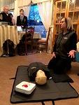 Susanna Lehtimäki näyttää mallia sydäniskurin käytössä. Lion Otso näyttää arvioivan laitteen tuottamia kilovoltteja ja milliampeereita.
