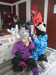 Hernerokka ja kahvi maitui aikuisille ja Ellalle ja Eetulle pulla ja näkkileipä