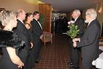 Presidentti ja sihteeri pulisoineen vastaanottamassa vieraita