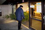 Ovet aukenevat ja sairaalan pääovesta sisään.