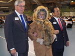 Viehättävä Lempi Leijona saatteli muutkin puhujat puhujakorokkeelle. Kuvassa saateltavana olivat viimevuotinen kv-presidentti IPIP Jitsuhiro Yamada ja kansainvälinen johtaja ID Markus Flaaming.