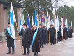 Lippulinna valmiina.  Suomen lipun kantajana piirisihteeri Markku Vesikallio, airueina Arja af Heurlin ja Juha Kihlström.