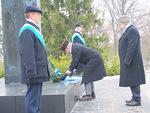 N-piirin kuvernööri Aarne Kivioja laski seppeleen Sankariristille, avustajanaan varapiirikuvernööri Heikki Tuomala.
