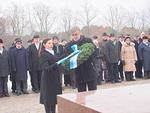 B-piirin kuvernööri Emilia Talvisaari laski seppeleen Marsalkka Mannerheimin hautapaadelle, avustajanaan varapiirikuvernööri Hannu Saarnilehto.