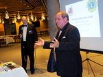 Ystävyyssopimuksen perusteella Australiasta saapunut vieras, Lion Steve Grech esitteli iltajuhlassa klubinsa toimintaa sekä yleisemminkin Lions-toimintaa Australiassa.  Kuvassa taustalla esitystä tulkkaa suomeksi PDG Heikki Saarinen.