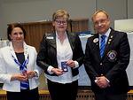 N-piirissä meneillään olevan kauden korkein ansiomerkki Leadership Award myönnettiin palvelujohtaja (GST) Leena Logrenille. Luovuttajina piirikuvernööri Timo Auranen ja piirisihteeri Varpu Ylhäinen.