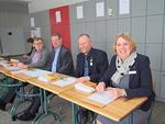 Ilmoittautuminen kokoukseen voi alkaa.  Oikealta Anne Tuomala, Jouni Vilkki, Timo Rantanen ja Pertti Huovinen.