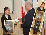 Kuvernööri Kivioja onnitteli rauhanjulistekilpailun voittajaa, 13-vuotiasta Valeria Termosta. Työ voitti myös Suomen Lions-liiton rauhanjulistekilpailun.  Valerian koulu on Aleksis Kiven koulu.