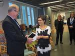 N-piirin ja LC Helsinki/Revonsalmen puolesta IPadin luovutti Revonsalmen edustaja, alueen puheenjohtaja Jorma Nisula.  Näkövammaisten liiton puolesta laitteen vastaanotti vastaava kuntoutusohjaaja Arja Marila.