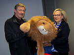 Tilaisuudessa näkövammaistyöryhmää edustaneet Veikko Teerioja ja Arja af Heurlin hyväilivät lähtiessä pehmoleluleijonaa,