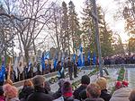 Leijonaklubien lippuja Pyhän Laurin kirkon sankarihautausmaan reunamalla.