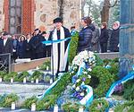 Lions-klubien yhteisen seppeleen laskivat LC Vantaa/Avian presidentti Hanna Kuismanen ja sihteeri Riitta Turtiainen.