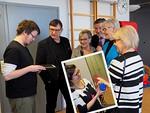 Lasten kuntoutusohjaaja Timo Yli-Karhu esittelee, kuinka viimesyksyiseen Leijona-lahjoitukseen, iPadiin, on asennettu ohjelma, joka valinnan mukaan toistaa eläinten ääniä.  Pikkukuvassa Arja Marilan kädessä on IPadiin kytketty sininen kaiutin.