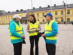 Kävelyn jälkeen N-piirin puolesta avajaispuhujaa, kansanedustaja Sari Sarkomaata kiittivät piirikuvernööri Timo Auranen ja N-piirin diabetesvastaava Leena Logren.