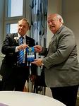Kuvernööri Timo Auranen luovutti IPIP Corlewille muistoksi N-piirin pöytästandaarin.
