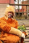 Leijonainen kierteli luontopolkua lasten mukana.