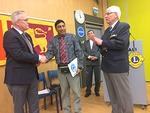 LC Porvoo/Borgoensiksen presidentti Gustav Lund luovutti juhlallisesti varat Sri Lankan kummilapselle hankittavaan tietokoneeseen. Lahjoituksen vastaanotti piirisihteeri Kithsin.