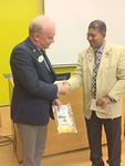 Sri Lankan Lions-liiton puheenjohtaja Duminda Munasinghe ja piirikuvernööri Aarne Kivioja vaihtoivat standaareja. Kuva Markku Vesikallio.