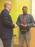 Piirisihteerit tapasivat.  Sri Lankasta K. Kithsiri ja N-piiristä Markku Vesikallio vaihtoivat kuulumisia ja pinssejä.