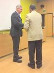 Kansainvälinen johtaja Markus Flaaming tervehti puheenjohtaja Munusingheä.