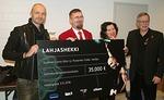 Ennen konserttia Juha Tapio luovutti 35.000 euron shekin Punaiselle Sulalle. Vastaanottajina puheenjohtaja Heikki Hemmilä, pääsihteeri Maarit Kuikka ja Punainen Sulka -kampanjan vetäjä Matti Tieksola.