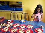 Laitoksen sponsorit voivat lahjoittaa lapsille päivän ruuan tai kuten artikkelissa mainittu tyttö lahjoitti ainoastaan iltapäivän teen ja makeisia.