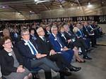 Kokoussalin eturivissä Liiton puheenjohtajapari sekä koti- ja ulkomaiset arvovieraat saattajineen.