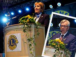 Kansainvälisen Päämajan tervehdyksen toi LCI:n 1. varapresidentti, islantilainen Gudrun Yngvadottir.  Hänet esitteli kokousyleisölle kansainvälinen johtaja, entinen pääsihteeri Markus Flaaming.