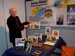 Juhlanäyttelyyn tutustuessaan taidekaivertajamestari, Lion Pertti Ahonen löysi 30 vuotta sitten tekemänsä esiteluonnoksen.