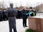 Marsalkka Mannerheimin hautapaadelle seppeleen laskivat N-piirin kuvernööri Timo Auranen ja 2. varapiirikuvernööri Jenni Luomala.