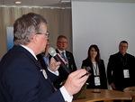 Seminaarin päätteeksi Liiton puheenjohtaja luovutti panelisteille kiitokseksi pikkuleijonat.