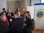 Seminaarin jälkeen N-piiriläisiä keskustelemassa John Nurmisen Säätiön johtajan Marjukka Porvarin (oik.) kanssa.