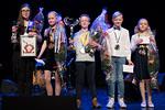Skidiskaban voittajat yhteiskuvassa. Vasemmalta Skidiskaban julistekilpailun voittaja Helmi Hoffren Keskuskoulusta, kolmanneksi sijoittunut Selma Lepistö Kvarnbackens skolanista, Skidiskaba 2018 -voittaja ja yleison suosikiksi valittu Felix Östman Tolkis skolanista, kolmanneksi sijoittunut Verneri Gustafsson Hamarin koulusta ja orkesterin suosikki Siru Vikla Huhtisten koulusta.