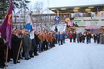 Yleisö ja partiolaiset valmiina lipunnostoon.